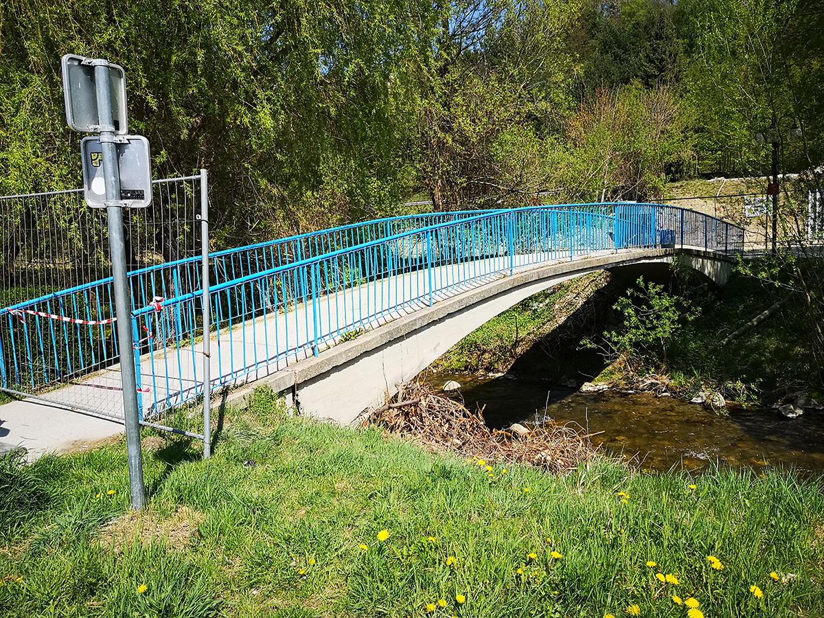 Obstoječa brv za pešce na Mislinji pri kopališču, ki jo bo potrebno nadomestiti z novo.